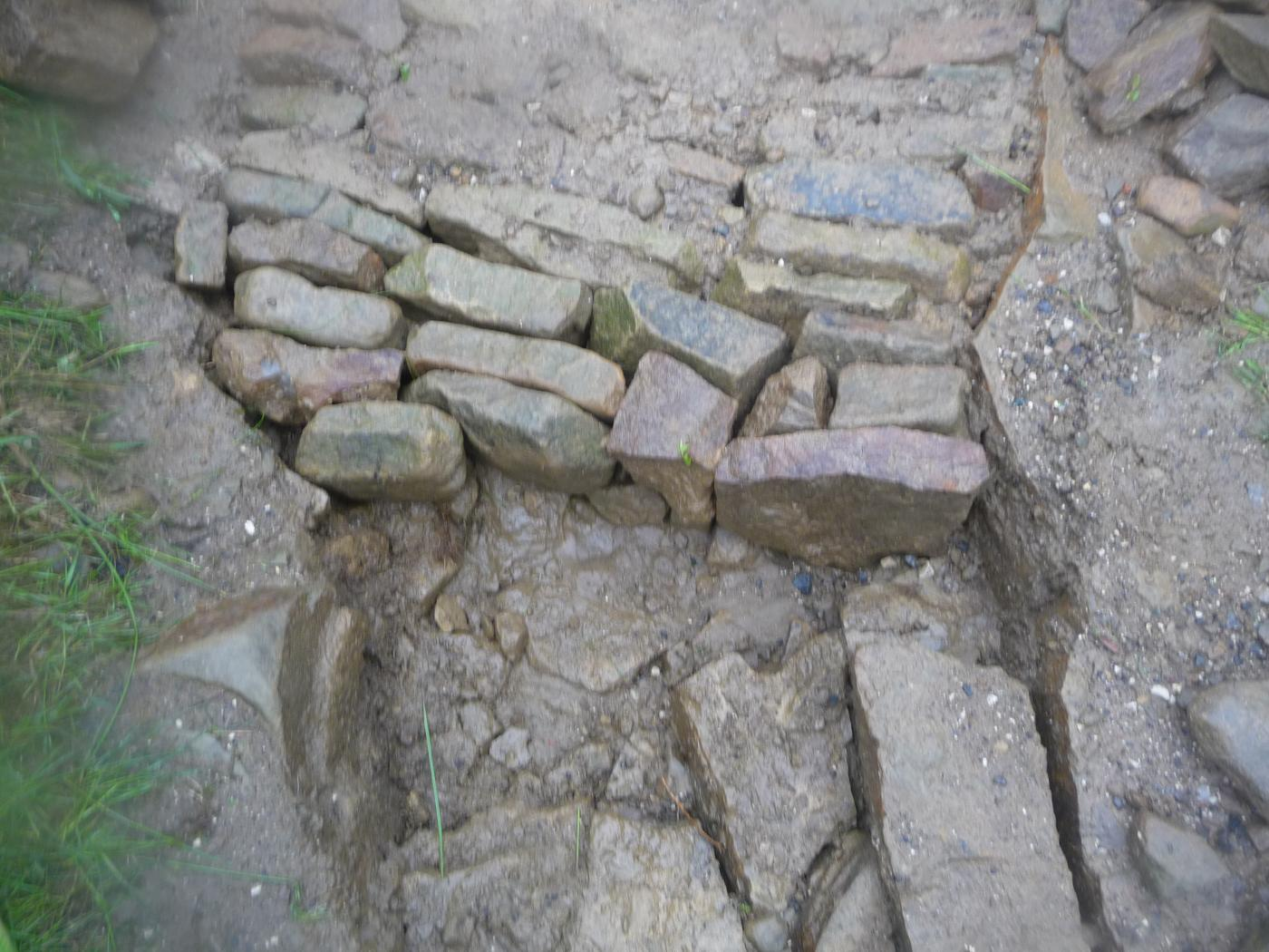 Stone pitching 2 - Hole is filled with stones with as few gaps as possible ('horizontal drystone walling')